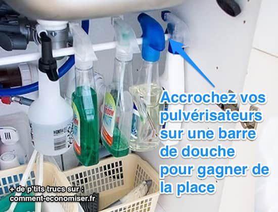 Accrochez les produits ménagers sur une barre de douche posée sous l'évier.