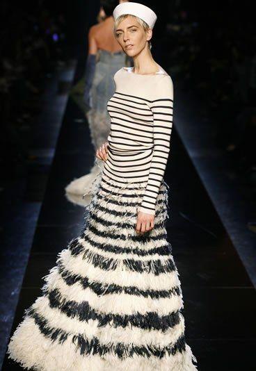 """Jean Paul Gaultier. Collection """"Les Indes Galantes"""", modèle Lascar.  Haute Couture printemps-été 2000. Robe """"pull marin"""" en tricot de soie, plumes d'autruche laquées. Réalisation 16 heures © Jean Paul Gaultier"""