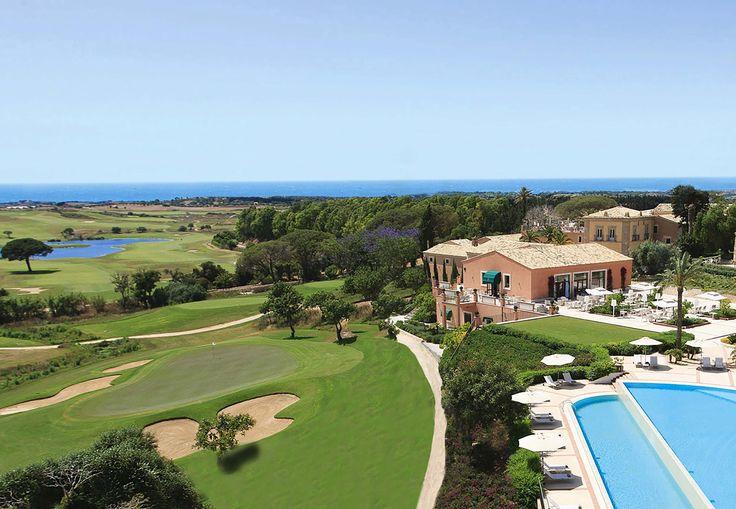 Vista dall'alto della piscina esterna, della Villa antica e della Club House