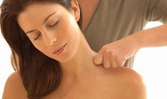 Te enseñamos cómo dar sencillos masajes relajantes para aliviar el estrés y la sobrecarga de tus personas queridas. ¿Te lo vas a perder?
