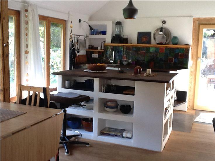 Die Kücheninsel ist aus Ytong-Steinen gebaut