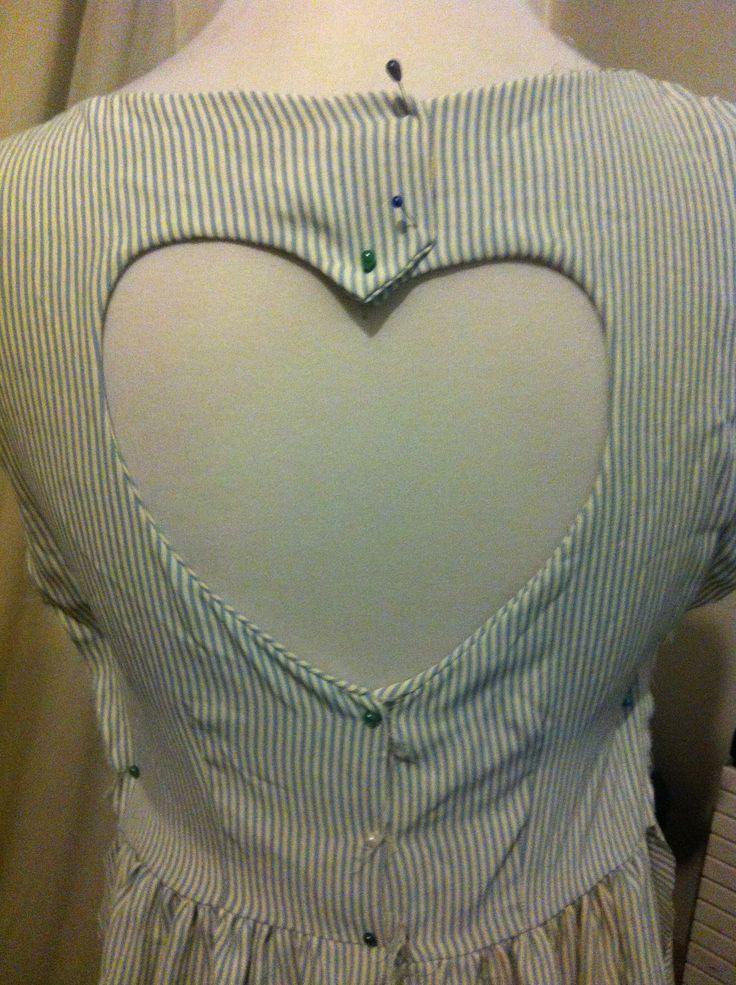 vestido con espalda en forma de corazon