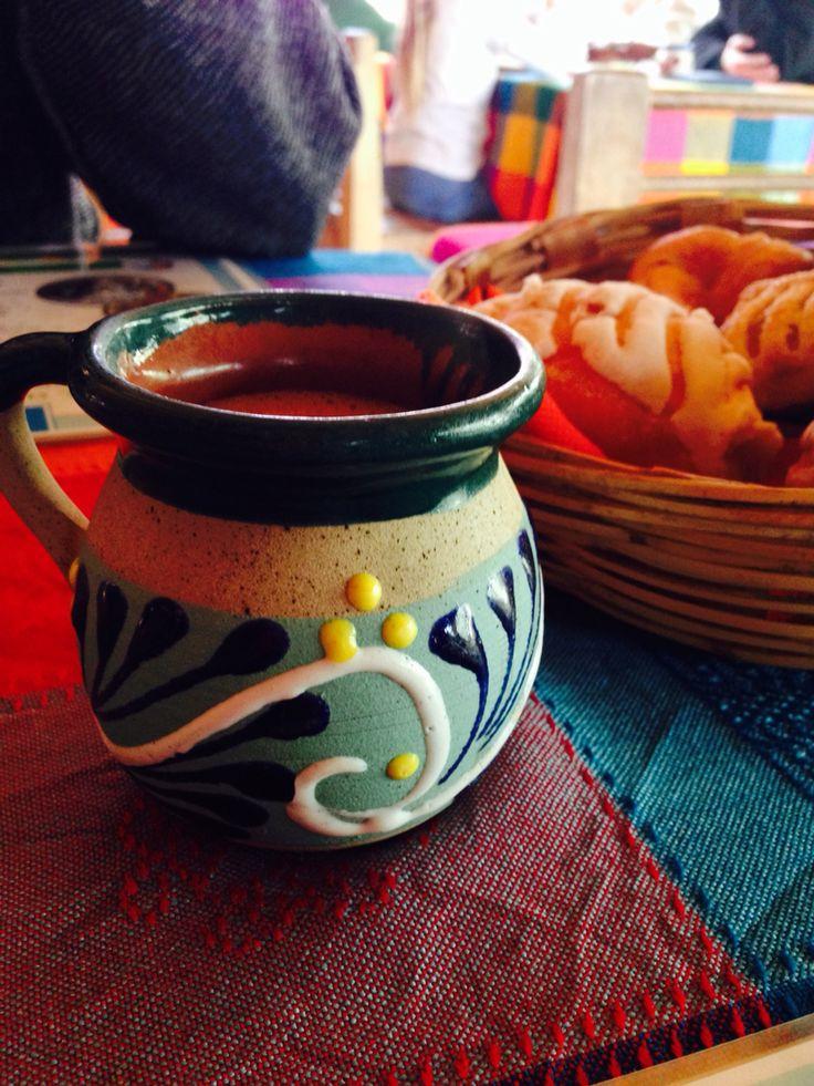 Jarrito de barro típico poblano, ideal para guardar el calor de un buen chocolate...