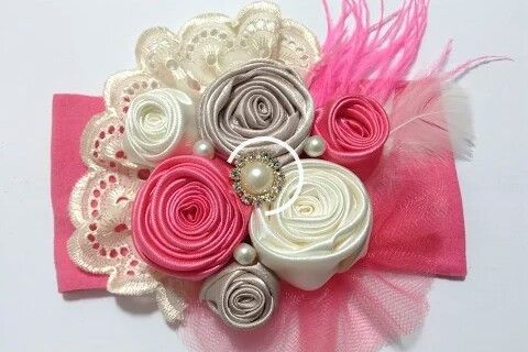 Tiara de media con flores de botón, tul y cinta bordada. Canal: Creaciones Rosa Isela, Youtube