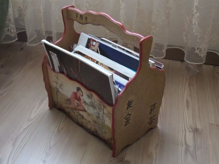newspaper rack... I used decoupage. Completing the picture is a bit difficult. I used crackle pain for 2 lateral surfaces.