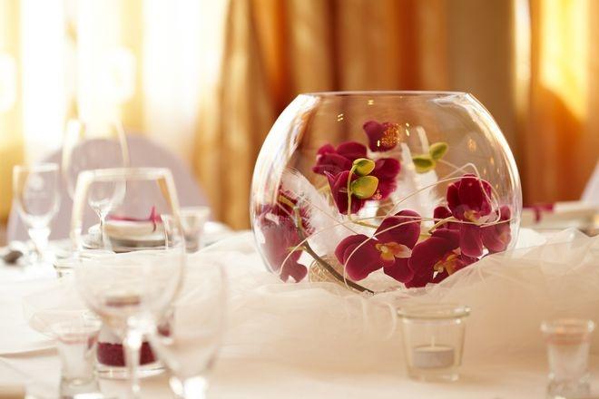 Exklusive Tischdeko mit Orchideen in der Glaskugel.