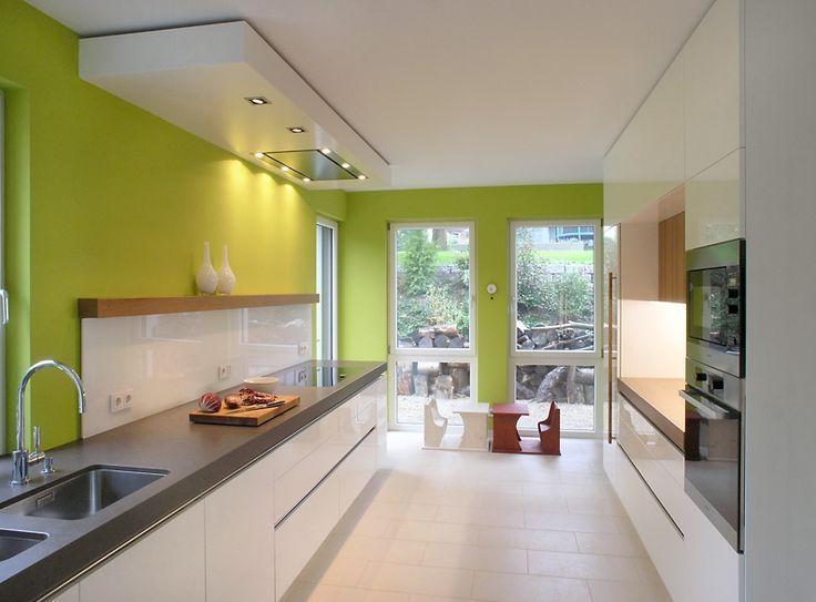 Küche mit grüner Wand