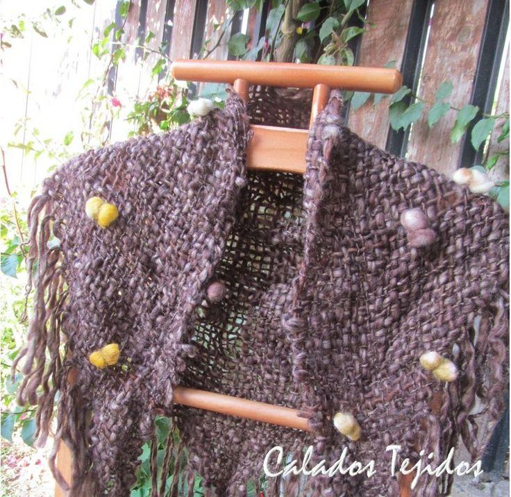 Punta tejida a telar triangular, lana natural con aplicaciones de fieltro.