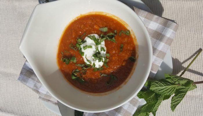Linzensoep, boordevol groenten. Rode linzen, met paprika, tomaat, rode ui en boordevol lekkere kruiden. Zie www.dikkevriendin.nl voor meer informatie.