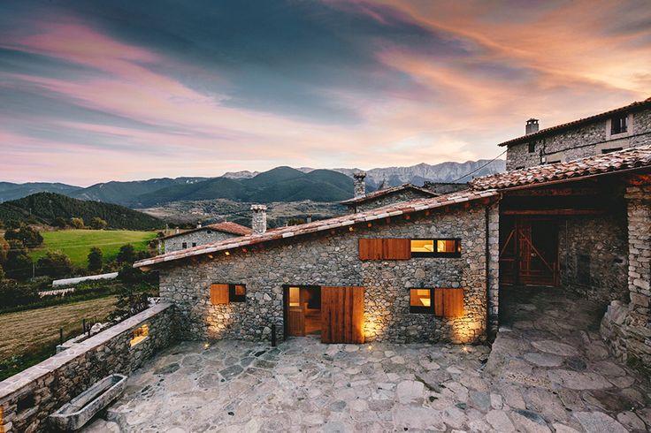 Construído pelo dom - arquitectura na La Cerdanya, Spain com superfície 603.0. Imagens do Jordi Anguera . O calor da madeira  O projeto é realizado numa pequena cidade de La Cerdanya. Situado na ladeira norte e orientado ao...