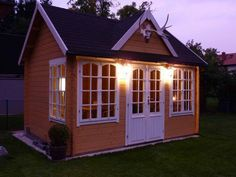 Naturbelassen, verspielt und mit Hirschgeweih rustikal zugleich: Das Clockhouse-44 Royal ISO mit gelblicher Lasur.