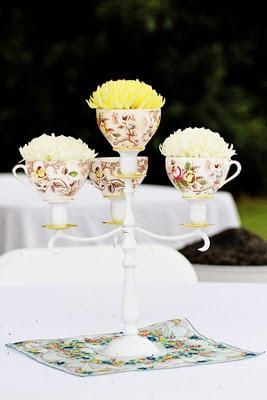 Gebruik een kandelaar om er theekopjes op te zetten met daarin een paar bloemetjes! #bruiloft #DIYwedding