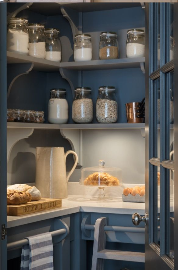 Lovely colour & shelves