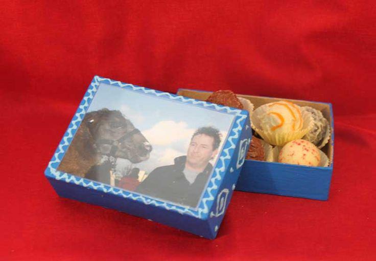 """Pralinenbox (Idee mit Anleitung – Klick auf """"Besuchen""""!) - Zum Vatertag bekommt Papa eine ganz besondere, selbstgestaltete Geschenkbox mit seinen Lieblingspralinen. Und damit keine andere Naschkatze daraus nascht, kommt einfach ein schönes Foto von Papa auf den Deckel!"""