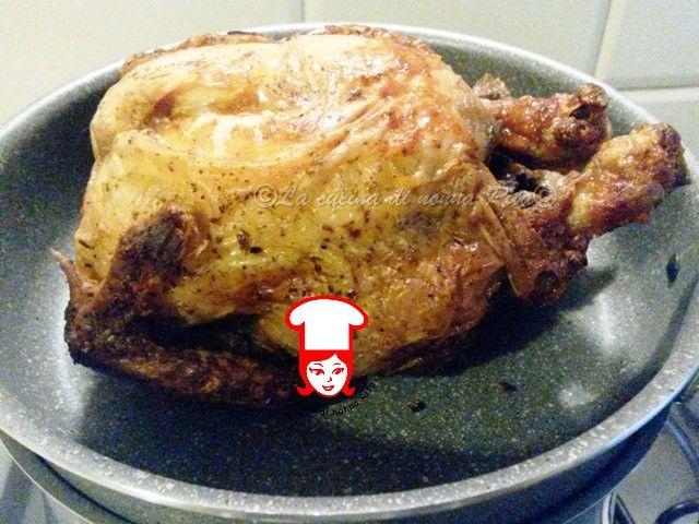 Il pollo al forno come quello della rosticceria, il sogno di ogni cuoca. Ho sempre desiderato cuocere il pollo intero ed ottenere la cottura perfetta con quella crosticina croccante e con l'interno succoso e non asciutto ...