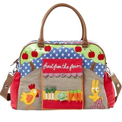 Magnífico bolso cambiador para bebés de Room Seven, muy práctico para llevar todo lo necesario del bebé. Con motivos de estrellas y combinado con preciosos apliques de animalitos de granja.