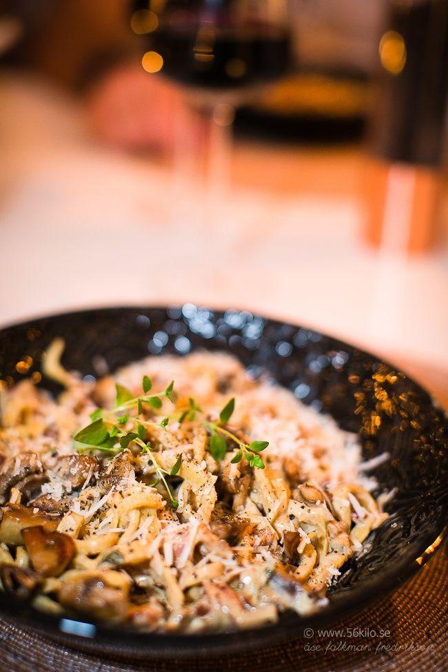 Glutenfri lågkolhydratspasta och pastasås med bacon, campinjoner mm