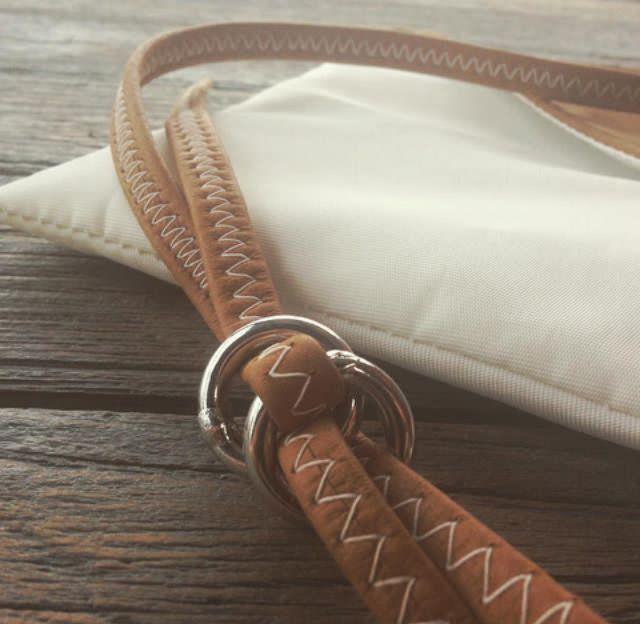 Le sac enveloppe en cuir et voile de bateau recyclée. Fabriqué en France et disponible sur www.727sailbags.com