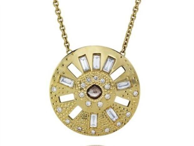 Venha ver!! Game of Thrones ganha coleção de jóias feita de diamantes brutos. Confira no link a seguir: http://noticiasdemoda.com.br/acessorios-moda/joias/item/356-game-of-thrones-ganha-cole%C3%A7%C3%A3o-de-j%C3%B3ias-feita-de-diamantes-brutos.html