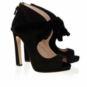 Questi sandali Miu Miu sono realizzati in pelle scamosciata e dispongono di un fiocco di velluto decorativo per aggiungere un ulteriore tocco d'eleganza. Per un look di classe, indossate queste scarpe con pantaloni su misura o gonne strette.  100% camoscio con fiocco in velluto colore: nero Punta aperta Zip sul retro (decorativa)