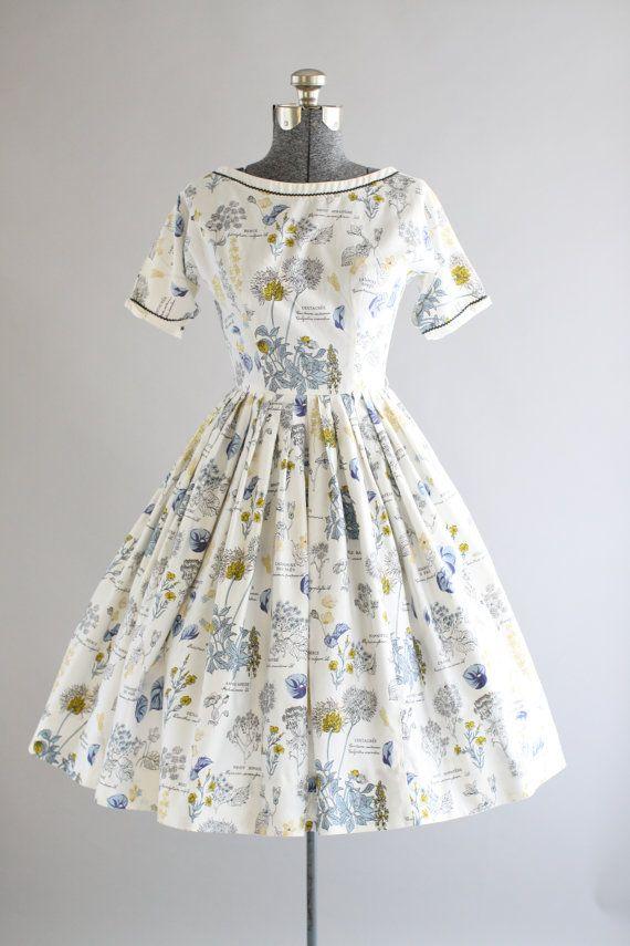 Dieses erstaunliche 1950er Jahre Lanz Originals Baumwolle Kleid verfügt über einen wunderschönen Botanischen Neuheit-Druck. Ric Rac Trimmen am Halsausschnitt und Ärmeln. Snaps und dekorative Bögen an Ärmeln. Eingeklemmte Taille und volle Faltenrock. Knöpfe und Haken und Augen schliessen sich Rückseite Kleid. Sehr guter Vintage Zustand. Bitte beachten Sie: Ich habe ein oder zwei kleine Marken auf Rock, nicht sichtbar, wenn Sie tragen sehen. Unterrock unter Rock für zusätzliche Fülle getragen…