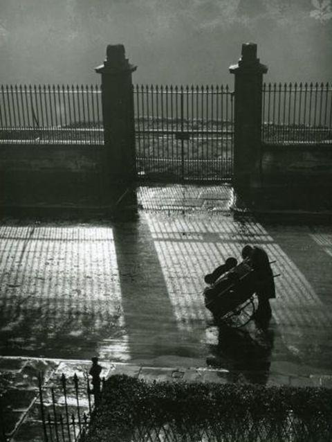 Edward Chambre Hardman      Barrow Boy Stops for a Light