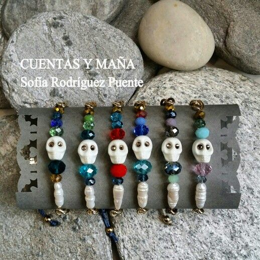 Pulseras calaveras... de perlas y cuentas de cristal #cuentasymaña #handmade #pulsera #calavera