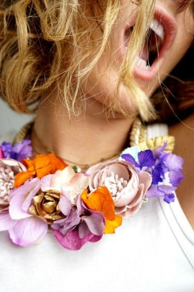 Alucina con este collar de flores y cordón dorado! Venta online Lamatte.es #collar #necklace #moda #exclusive