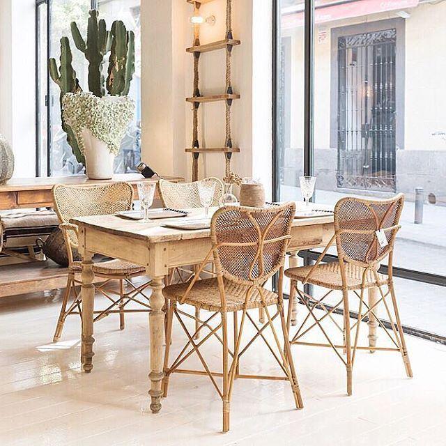 Muebles que enamoran a primera vista, como esta mesa francesa del Siglo XIX de pino pintado, con sus patas torneadas, acompañada de sillas de ratán. Una evocación colonial en nuestro escaparate.