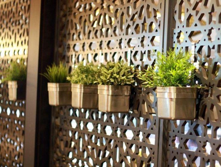 panneau occultant métallique pour installer des pots et des jardinières