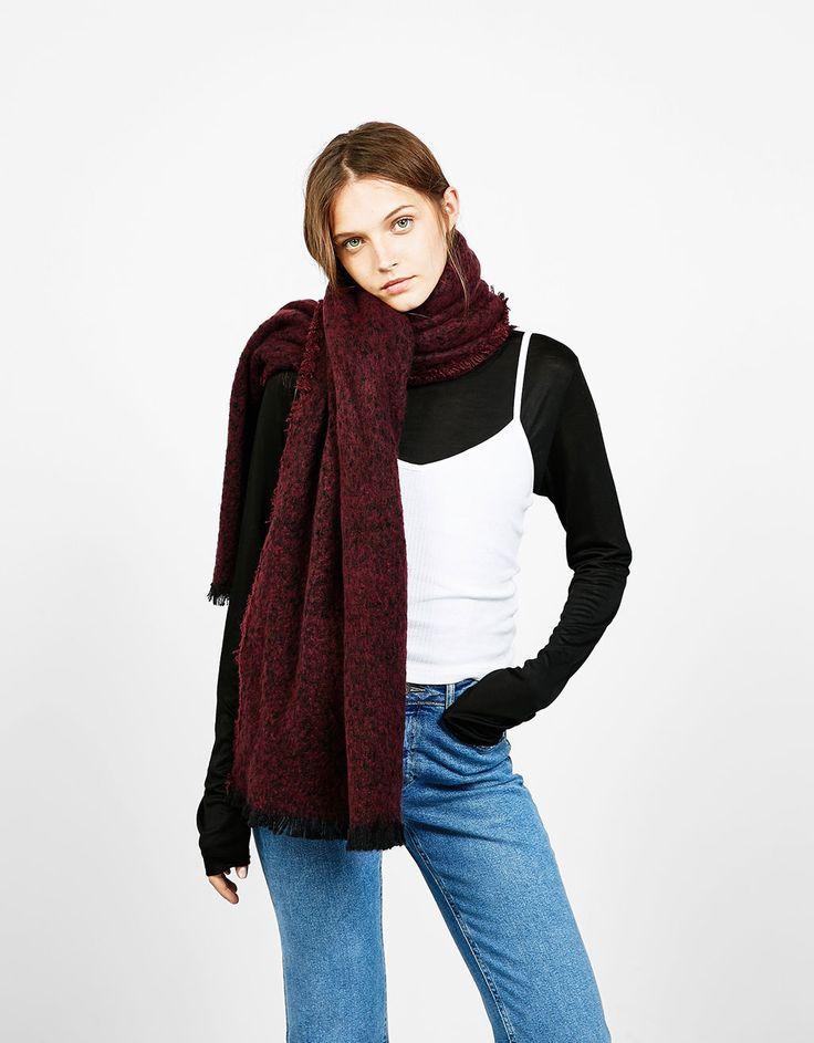 Bufanda jaspeada textura. Descubre ésta y muchas otras prendas en Bershka con nuevos productos cada semana