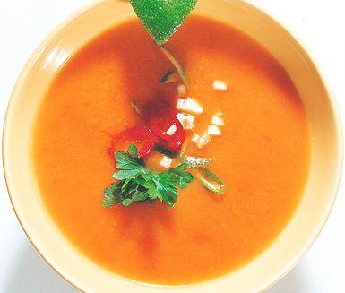 Denna vackert gula soppa är härligt mättande och god. Soppans ingredienser är bland annat potatis, morötter, chili och ingefära. Solgul soppa på paprika och morot tillagar du på mindre än 30 minuter.
