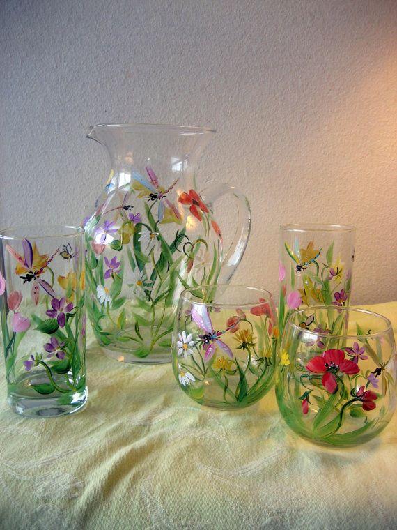 Las copas y jarra de unirse para dar la impresión de un jardín inglés del país. Agua y stemless copas de vino representan un campo de violetas,
