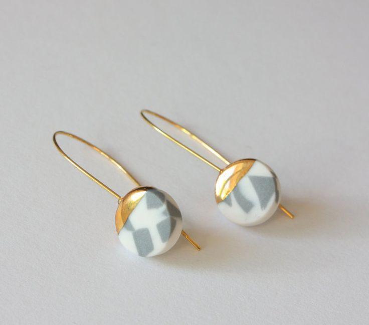 Ohrringe aus Mont Blanc Porzellan Weiß und Grau mit Gold - Flet Edges - Edles Design Konorgold - Keramik Schmuck von bonbonsetc auf Etsy