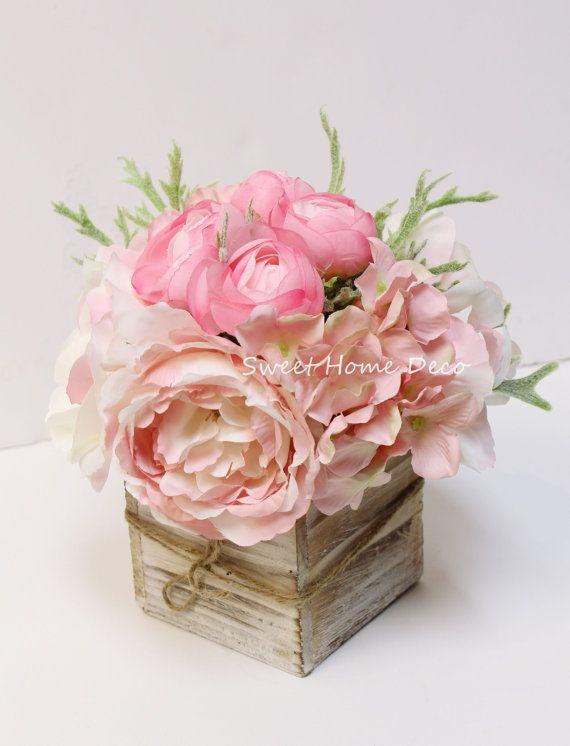 * Elke regeling is getroffen met zijde ponys, Hortensias, rozen, Boterbloem en dusty miller; * De grootte is 8 T X 8 W w / de vaas is 4 T X 4 W; * Premium kwaliteit bloemen en modevormgeving; * Kan worden gebruikt als petite grootte middelpunt of tabel bonsai; * Alleen schepen van Sweet Home Deco in NY, VS. Verzendkosten wordt niet gerestitueerd.  U ontvangt een mooie zijdebloemstuk in deze volgorde. Het is gemaakt met zijden rozen, Hortensias, Boterbloem, pioenrozen en dusty miller. De...