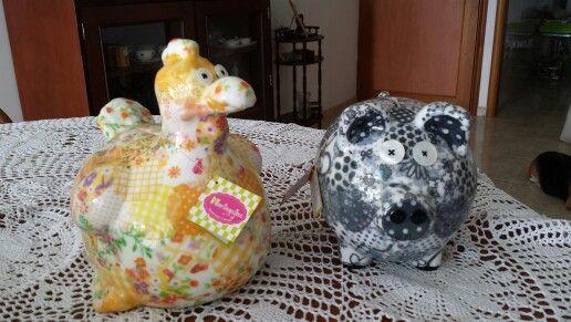 Alcancia técnica Patchwork-porcelana.....decoradas con telas ...con un acabado final de porcelana. Contacto mariagujastienda@gmail.com