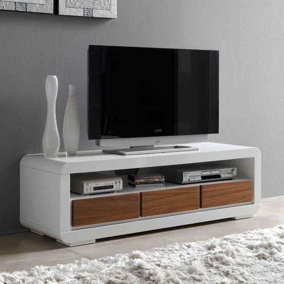 Mueble de televisión con 3 cajones. DM lacado blanco con el frente de los cajones en color nogal. Medidas: 143x44xH47