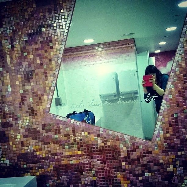 """2 tykkäystä, 1 kommenttia - Valokuvaaja (@satuylavaara) Instagramissa: """"#kukkuluuruu! #peekaboo at ladies room in #museum 3.8.16 viva #museokortti! #issuli #omakuvia…"""""""