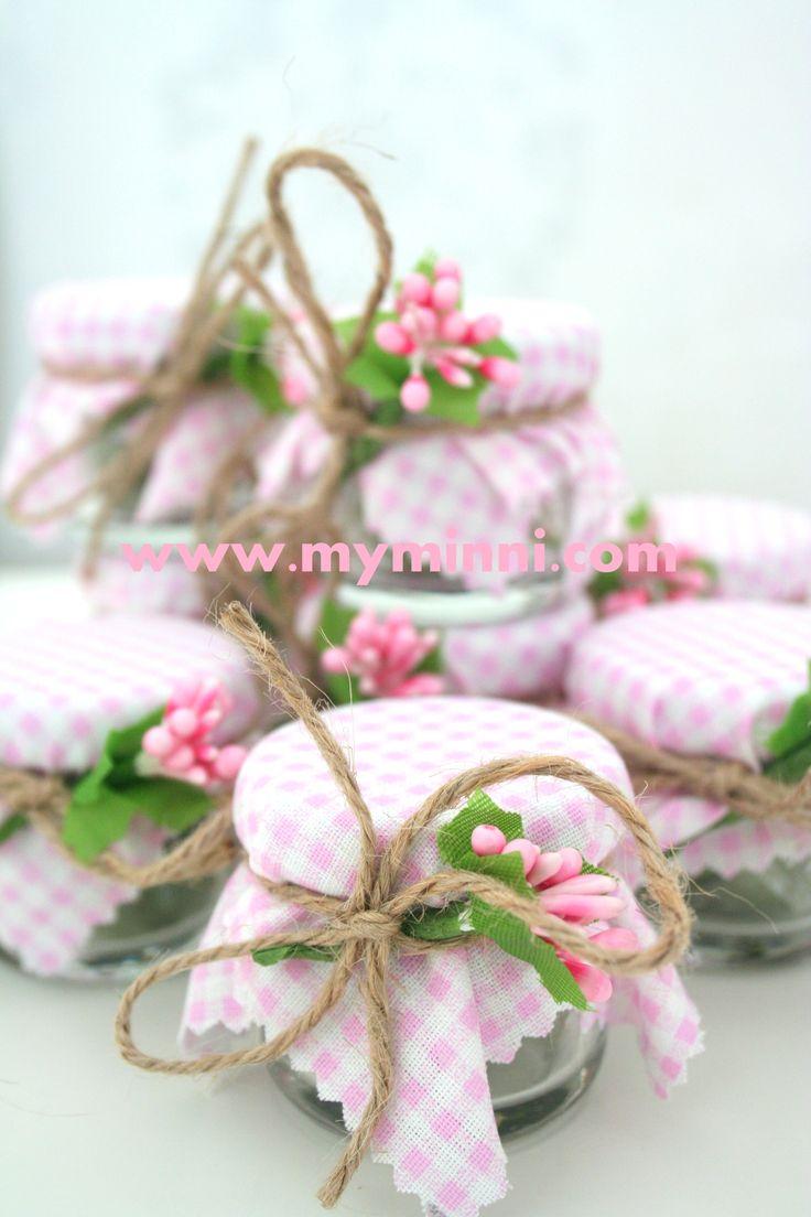 Kına gecesi için hazırlanmış minik kına kavanozları. Konsepte uygun olarak pembe tonlarında hazırlanmıştır. www.myminni.com