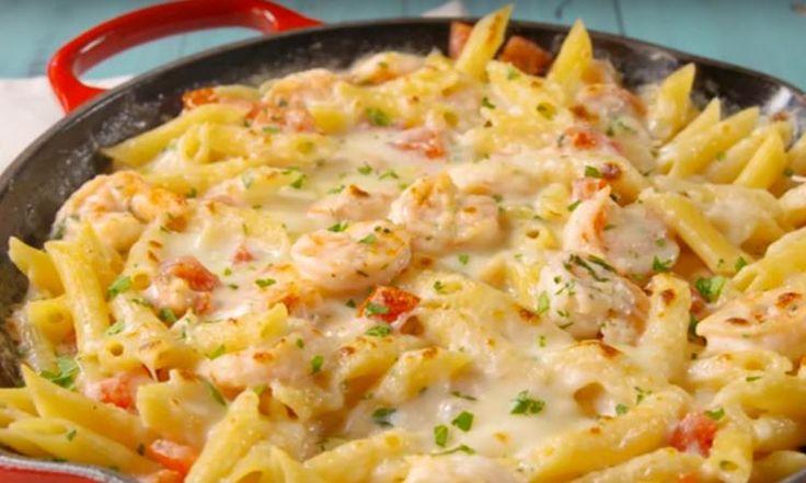Ce gratin de pâtes Alfredo aux crevettes est digne d'un chef!
