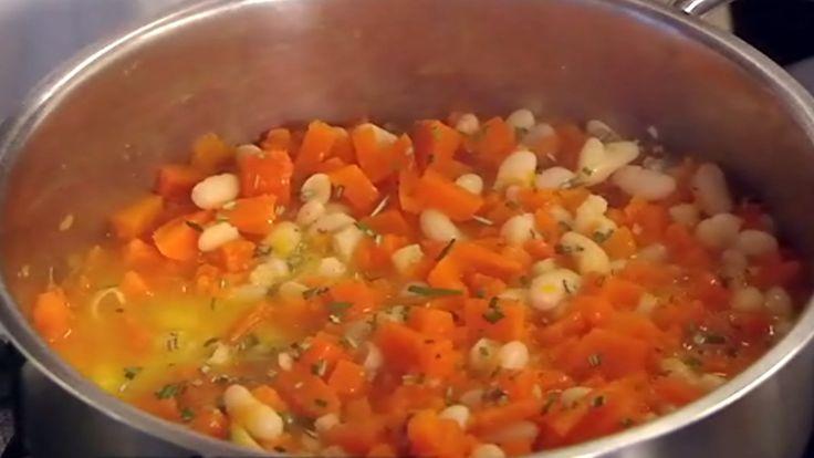 Gresskarsuppe på italiensk - med bønner, pepper, hvitløk og rosmarin.