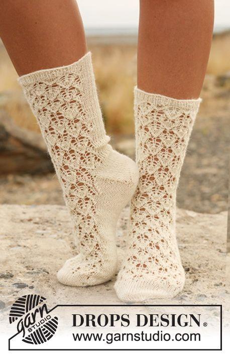 Stickade DROPS sockor med hålmönster i Fabel.