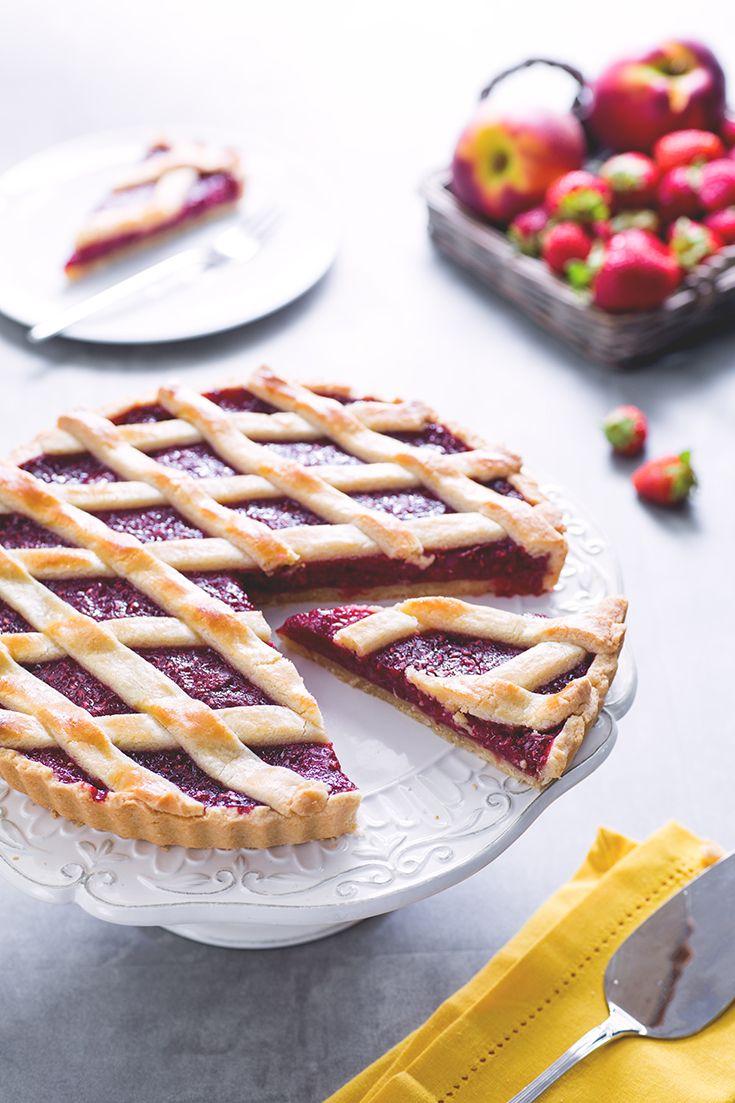 Se raccogliessimo #pesche, #fragole e #lamponi in una spettacfolare torta? Ecco la #crostata di #frutta #estiva, intramontabile #dessert che si perde nelle generazioni, con una #fresca variante adatta alla #stagione calda! Tutti, ma proprio tutti, si innamoreranno di questa #torta colorata e fragrante! #ricetta #GialloZafferano #italianrecipe #fruitrecipe #italiandessert