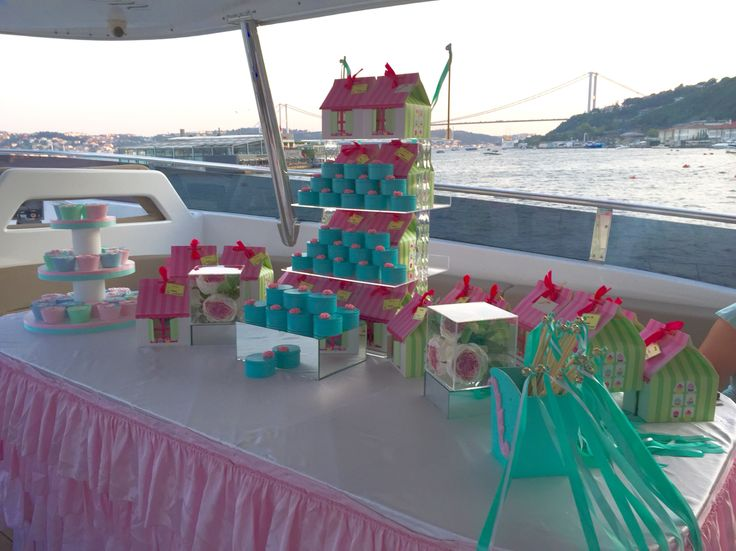 Pink and blue gift corner on the boat henna party at Bosphorus. #duygununkinasi2015