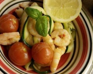 Fettuccine de courgettes aux crevettes par Alexia : http://www.fourchette-et-bikini.fr/recettes/recettes-minceur/fettuccine-de-courgettes-aux-crevettes-par-alexia.html