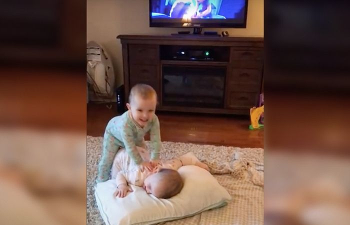 We all know some kids love the movie Frozen, but these twin love it so much that they can reinact some of the movie. Chek out this video!