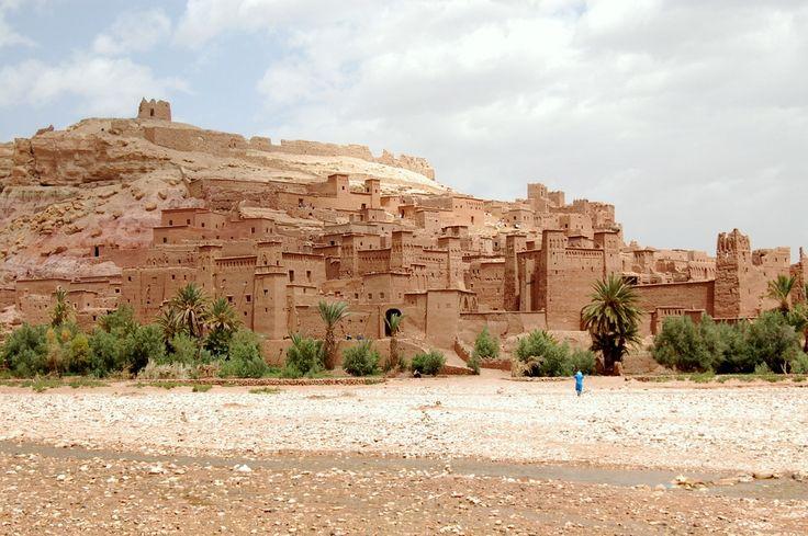 Le Ksar d'Aït-Ben-Haddou est un exemple frappant de l'architecture du sud marocain. Le ksar est un groupement essentiellement collective de logements. A l'intérieur des murs défensifs renforcés par des tours d'angle et percé d'une porte de chicane, maisons se regroupent - certains modestes, d'autres ressemblent à de petits châteaux urbains avec leurs hautes tours d'angle et sections supérieures décorées de motifs en brique d'argile  http://www.kasbah-ait-ben-haddou.com/