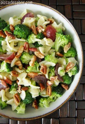 Ensalada nutritiva de : pastas , pasas de uva , brocoli y nuez . Proteinas , hidratos de carbono , y vitaminas en proporciones optimas . . .