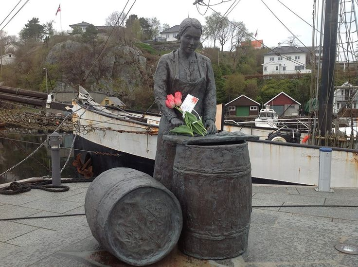 Austevoll Fiskarlag salute all of adding a symbolic flower bouquet in the hands of the statue of Herring Girl on the pier in Bekkjarvik .