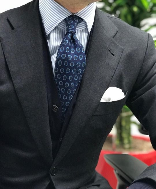 Sartorial inspirations - @orazio_luciano suit in H Lesser & Sons Golden Bale Courtly bespoke shirt @drakesdiary tie